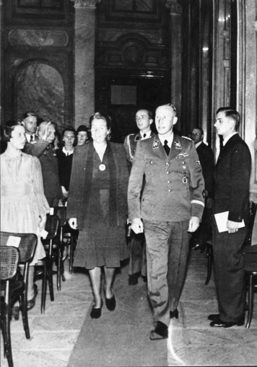 Bundesarchiv_Bild_146-1972-039-24_Reinhard_Heydrich_mit_Frau.jpg