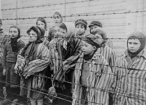 Fotografie dětských vězňů po osvobození Osvětimi